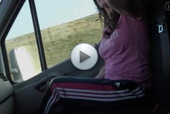 Adrienne-Kiss: Wichsen auf der autobahn während der fahrt