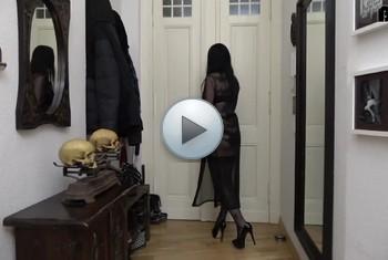 AlissaNoir: In der Tür verirrt und zu Anal verführt...