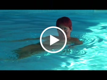 Beim schwimmen nackt Beeindruckende frische,