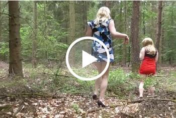 Anni-Trinity: Zwei Studentinnen pissen in den Wald