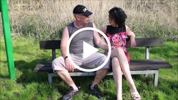 DonJohnXXX: Ehefrau auf der Parkbank gefickt u Cuckold-Ehemann sitzt daneben u schaut zu u leckt Sperma-Muschi.
