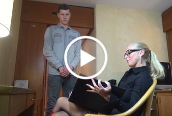KacyKisha: XL Jungschwanz Azubi bei Einstellungstest verführt