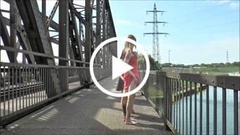 KittyBlair666: Durchgefickt und voll gepisst! Mitten auf der Brücke!