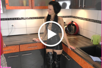 Laila-Banx: Auslauf-Modell! Mit Stiefeln und Sperma-Fotze zur Party