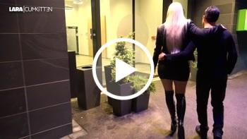 Lara-CumKitten: Büroschlampe fremd zerfickt - Mitten auf dem Hotelflur