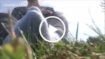 LittleMissMiau: Kleine stinkende Füße in Socken draußen