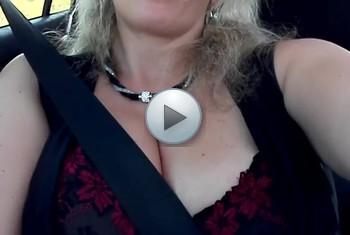 Sandybigboobs: Gefingert im Auto