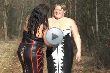 sweetdesire: Geiler Frühling - Lesben strippen und pinkeln nackt